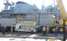 AMRJ embarca últimos motores propulsores na Fragata Defensora