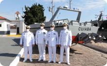 Comandantes da Flotilha, do GrEOpRibMT, do 6ºDN e Diretor do AMRJ na entrega da LOF Cuiabá