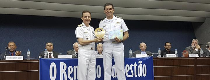 CMG (EN) Abdalla recebe o prêmio do AMRJ das mãos do CAlte (IM) Luiz Roberto