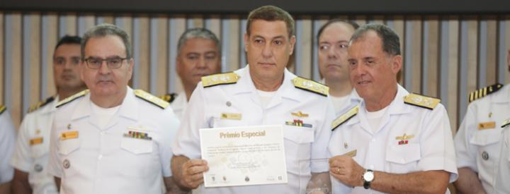 Diretor do AMRJ, CA (EN) Rangel, recebe o prêmio das mãos do CM.