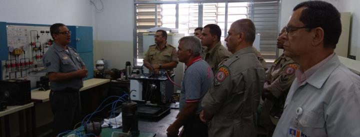 Militares alunos do CBMERJ em aula interativa no Laboratório de Refrigeração