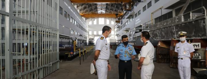 Cel Manish Khullar em visita à Divisão de Construção de Embarcações de Pequeno Porte.