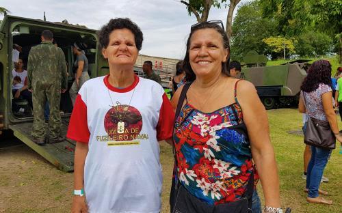 Isaura Tostes, acompanhada da irmã Jurema, era uma das mais animadas no evento