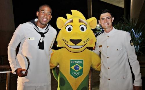 A dupla campeã de Volei de Praia com o mascote do Time Brasil Ginga