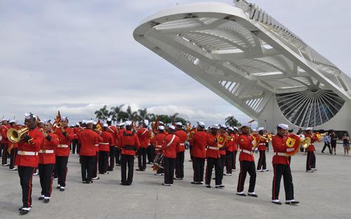 Banda realizou diversas evoluções formando figuras simbólicas para a Marinha
