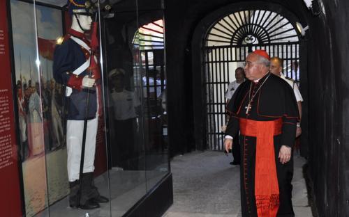 Como parte do circuito expositivo do Museu, o Arcebispo visitou a Galeria de Uniformes Históricos do CFN