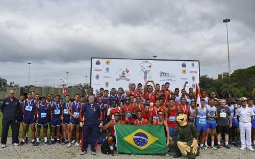 Pelotões comemoram a participação em mais uma corrida