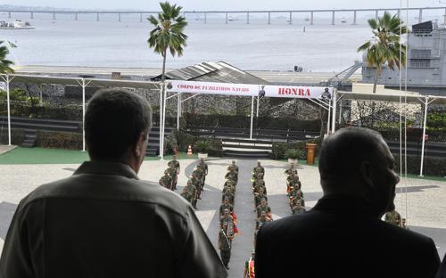 Da janela do prédio que abriga o CGCFN, Fabiano de Freitas assistiu à apresentação da Banda Marcial