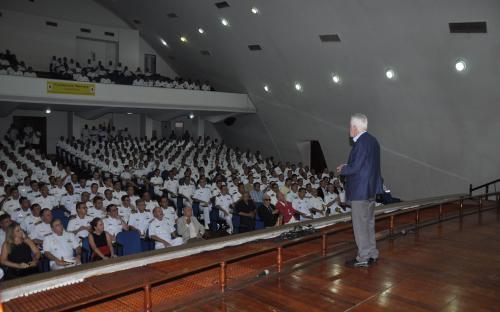 Jornalista Alexandre Garcia profere palestra para auditório lotado