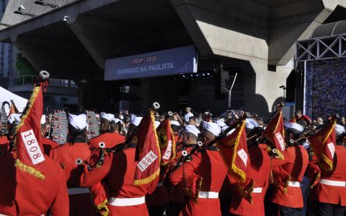 Uma grande concentração de pessoas parou para assistir a apresentação da Banda Sinfônica na Av. Paulista