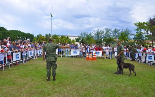 O público também pode assistir a uma demonstração com cães