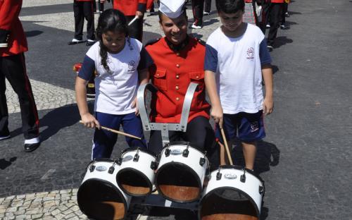 Os militares músicos fizeram uma breve demonstração dos instrumentos musicais aos alunos de uma escola atendida pela Pastoral do Menor