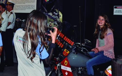 Os visitantes também puderam tirar fotos com a motocicleta Harley Davidson estacionada no local