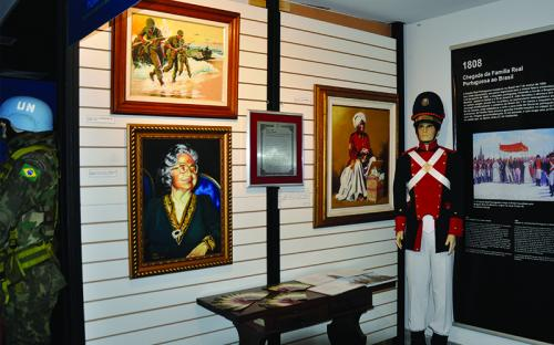 Quadros, objetos e painéis históricos fizeram parte da mostra