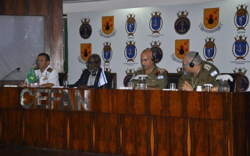 Da esquerda para a direita: CMG(FN) Xérem, Comandante do Centro de Defesa NBQR; CMG (RM1-FN) Jeferson, Moderador e Chefe do Depto de Acompanhamento do CDDCFN; Col. Golan Vach, NRU Commander e LTC Dr. Nehemia Blumberg - os dois últimos das Forças de Defesa de Israel
