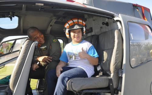 As crianças puderam conhecer viaturas blindadas e helicóptero