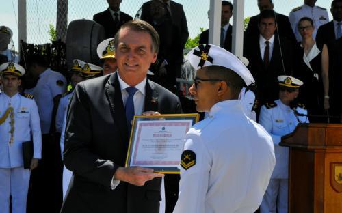 Durante a cerimônia, o Cabo Fuzileiro Padrão 2018 foi agraciado pelo presidente Jair Bolsonaro