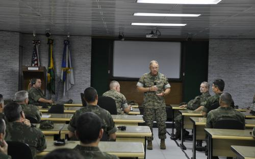 Durante a programação, o General Neller proferiu uma palestra sobre o Corpo de Fuzileiros Navais dos EUA