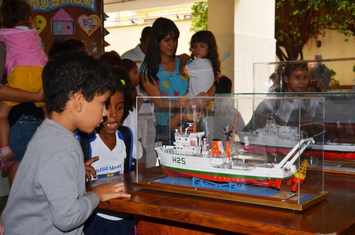 Com2dn Divulga a Marinha ao Colégio São Bento em Salvador