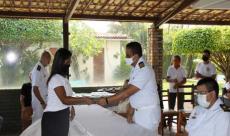 Ajudante da CPCE realiza entrega de certificado para formanda  do CFAQ-POP1/MOP1