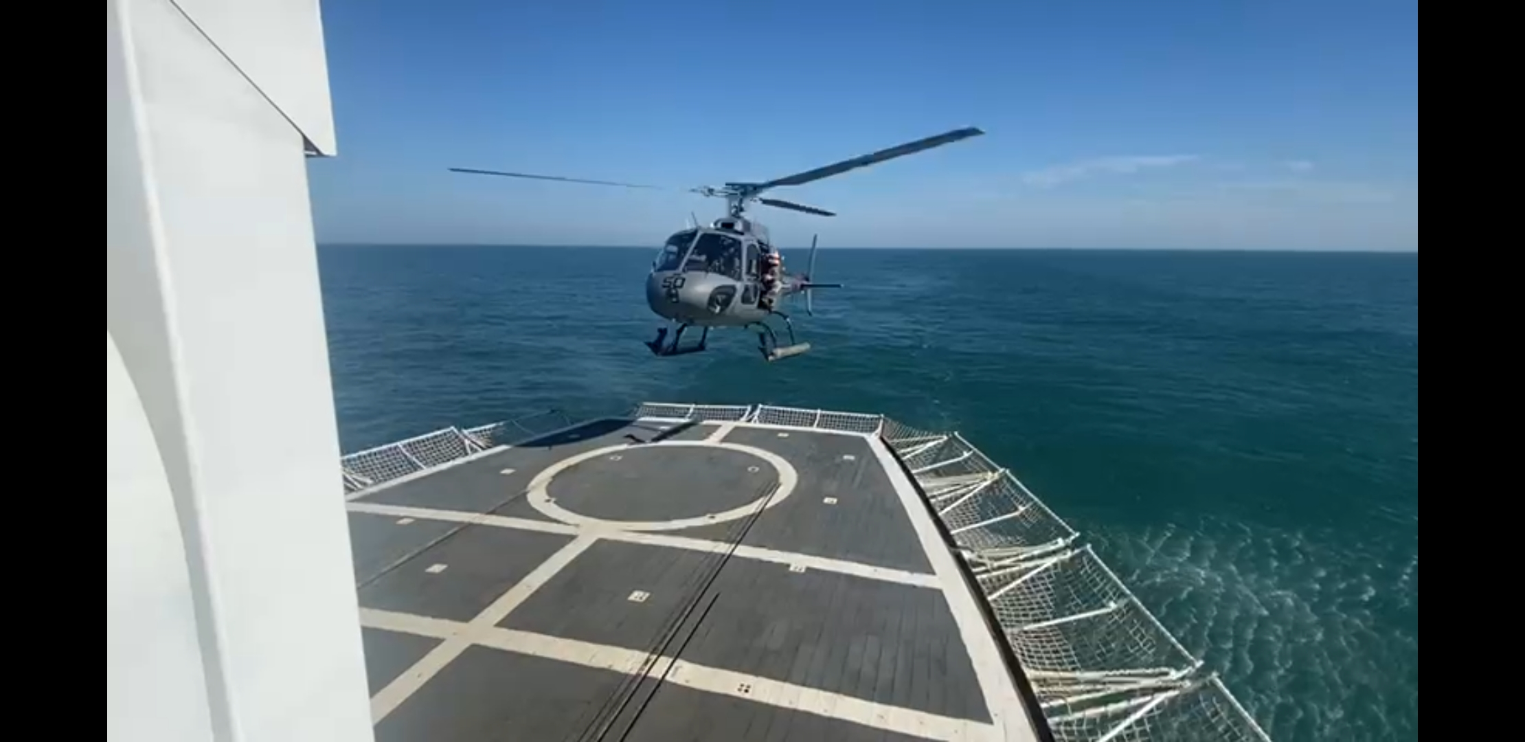 Aeronave do EsqdHU-51 em exercício de pouso no NHoF Almirante Graça Aranha.jpg