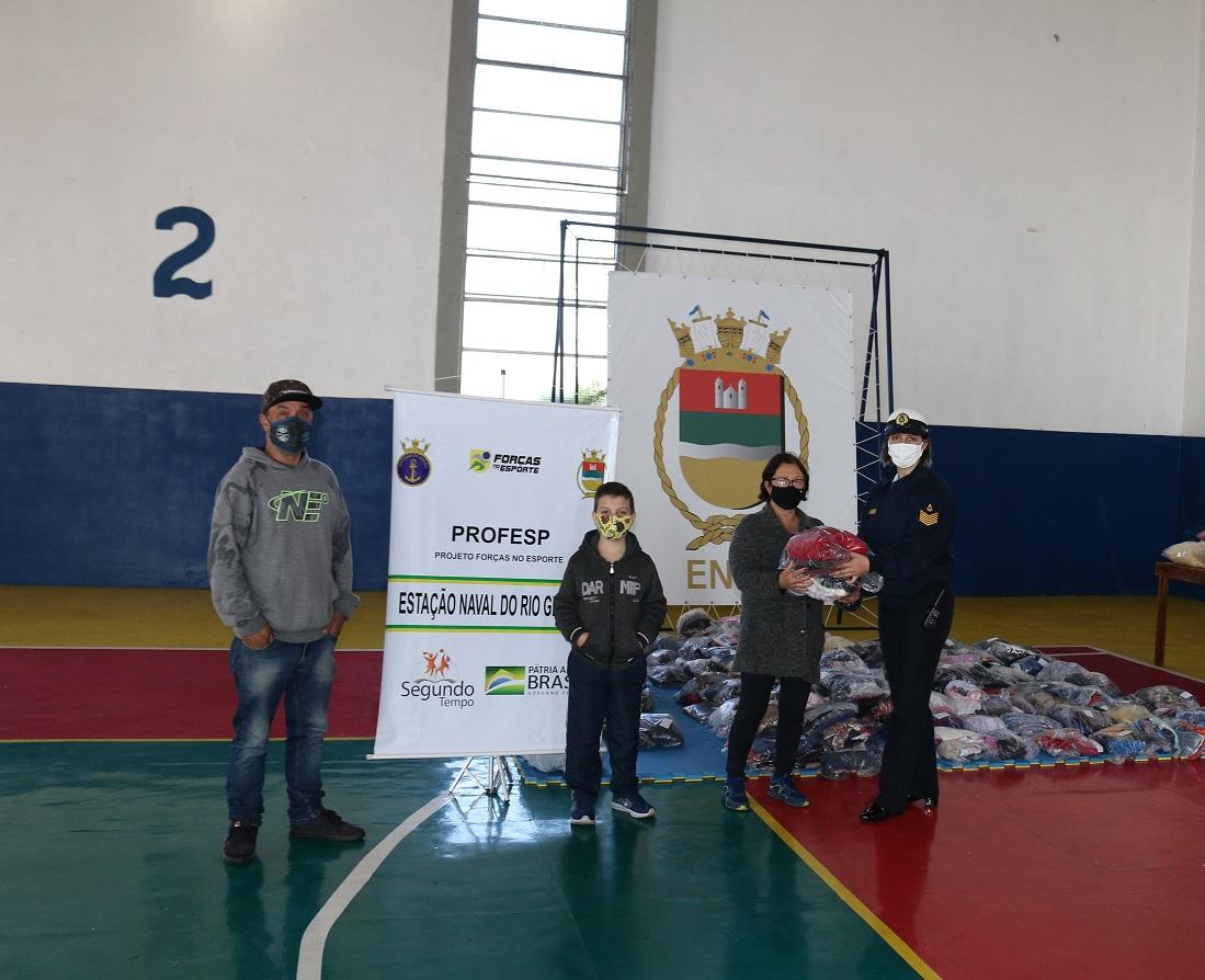Família de participante do PROFESP recebe doação.jpg