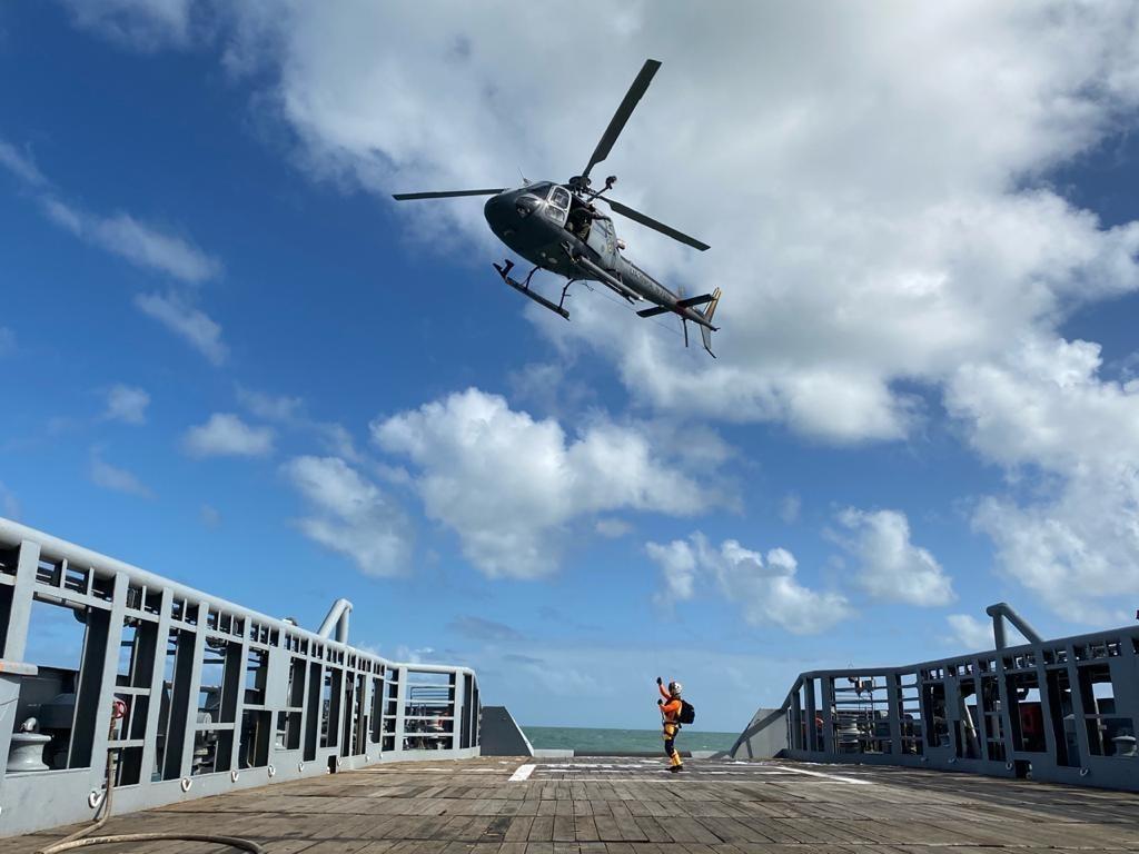 Helicóptero do EsqdHU-51 em exercício no NApOcMearim.jpg