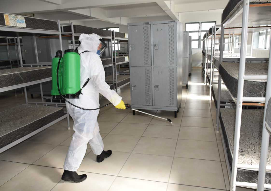 Militar durante desinfecção no alojamento do CAl na EAMSC.jpg