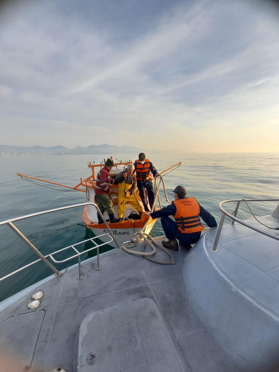Militares resgatam pescadores à deriva, na Meia Praia - Itapema.png