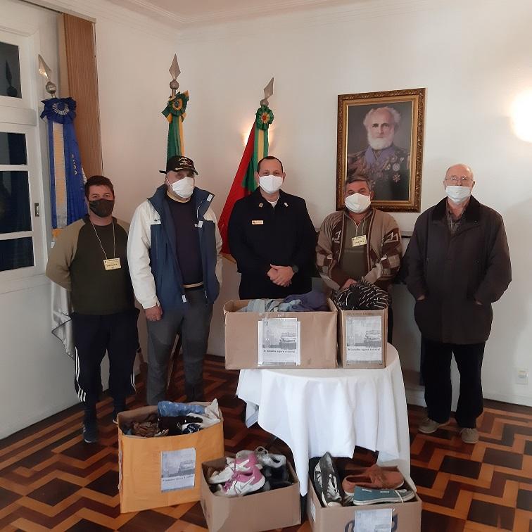 O Capitão dos Portos de Porto Alegre e a SOAMAR-POA entregam os donativos ao Padre Rudimar.jpg