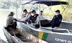 Equipe em atendimento à população Ribeirinha. Foto: Luiz Alves – Prefeitura de Cuiabá