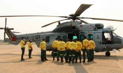 Aeronave UH-15, da MB, está sendo empregada para voos de reconhecimento e transporte de pessoal e material