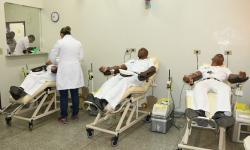 Militares durante doação de sangue