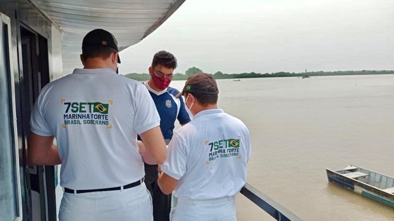 Equipe de Inspeção Naval com camisetas em homenagem à data