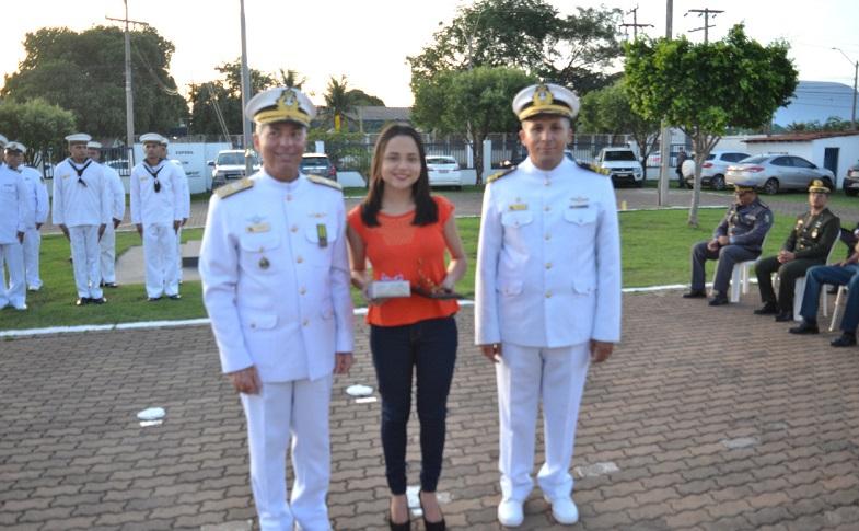 Comandante do 6ºDN, V Alte Arentz, e o Capitão dos Portos de Mato Grosso, CC Cristiano, com a aluna vencedora nível distrital – Ensino Fundamental