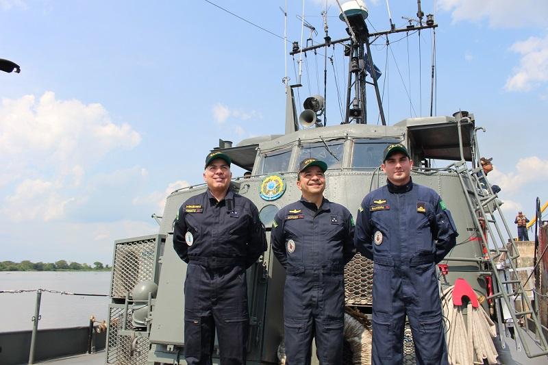 CA Arentz , VA Borges e CT Saavedra na proa do Navio-Patrulha Poti