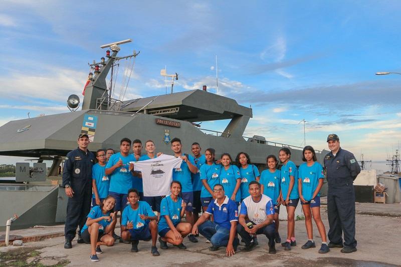 Crianças e adolescentes do PROFESP em frente ao NTrFlu Almirante Leverger