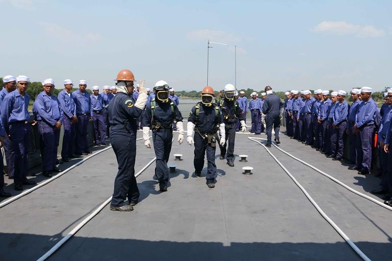 Marinheiros Recrutas durante exercício de combate a incêndio