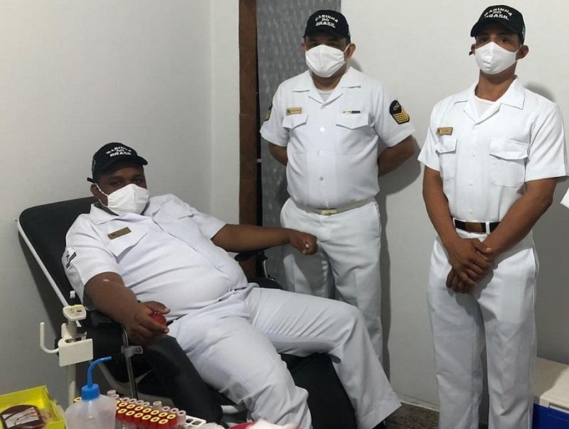 Militares durante doação