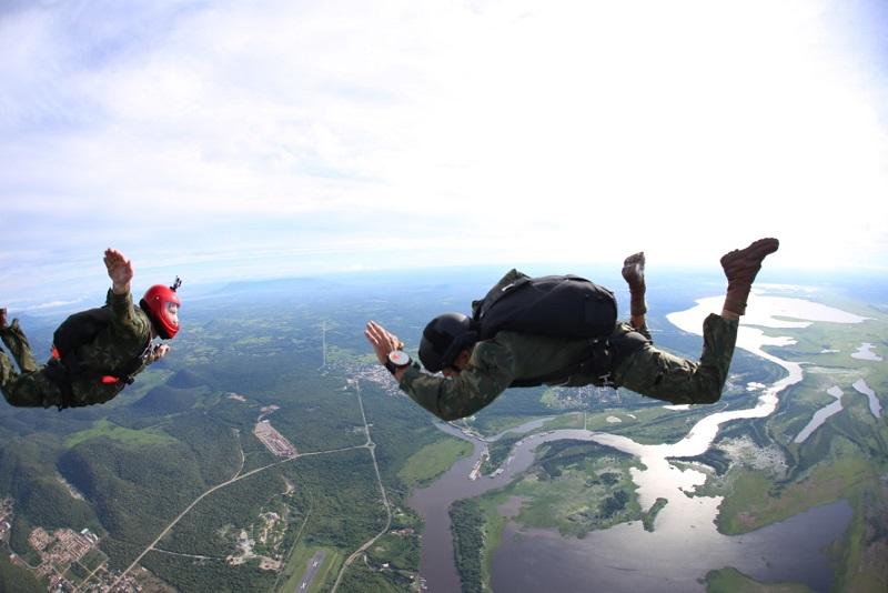 Militares no salto livre sobre as águas do Pantanal