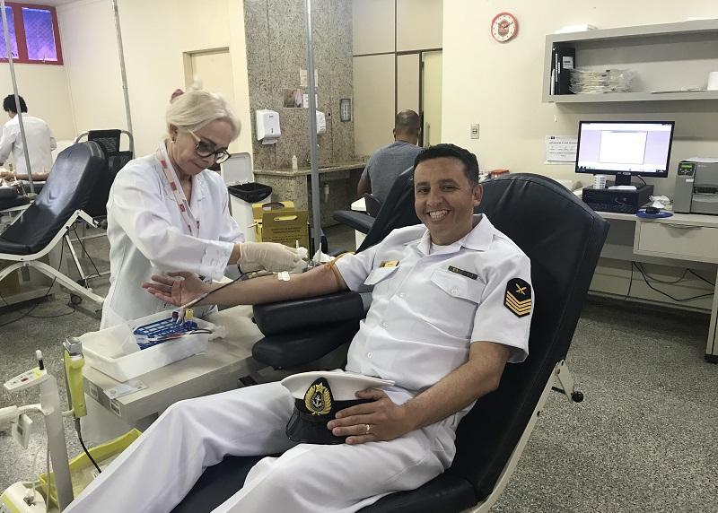 Militar da CFMT durante doação de sangue