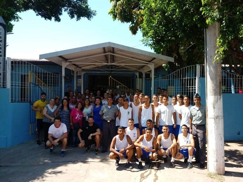Mais de 30 militares foram mobilizados para a ação na E.M. Fernado de Barros