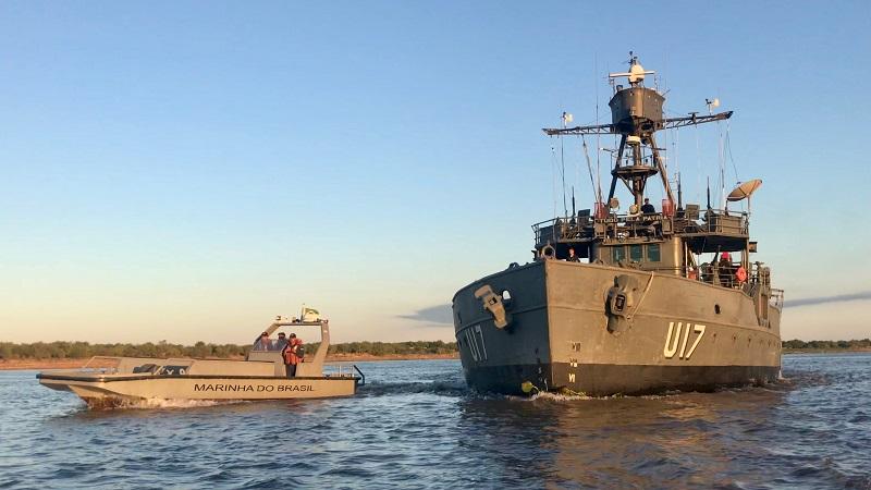 Monitor Parnaíba e Lancha Excalibur navegando pelo rio Paraguai