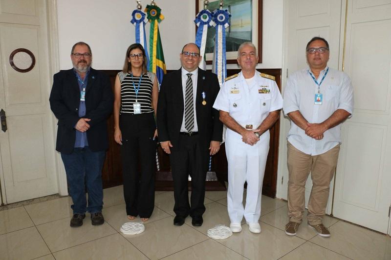Da esquerda para direita: Prof. Dr. Nalvo Franco de Almeida Junior, Prof. Drª. Beatriz Lima de Paula, Reitor Marcelo Turine, CA Arentz e Prof. Dr. Aguinaldo Silva