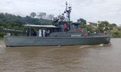 Navio Patrulha Piratini levando a imagem da Nossa Senhora dos Remédios para Porto Geral de Corumbá