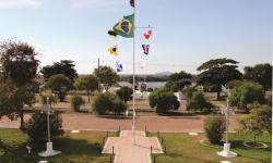 Sinal UW1 e bandeiras alusivas ao Dia Internacional Marítimo içados no mastro do Com6ºDN