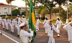 Militares prestando continência a Bandeira