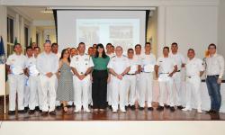Profª Dra. Roosiley dos Santos Souza; CMG (FN) Doria; CMG Macedo; CC (IM) Franco; e Secretário Municipal com os formandos