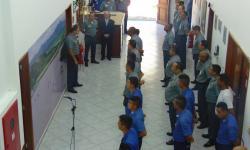 Vice-Almirante Garcez proferindo palavras à tripulação do Serviço de Sinalização Náutica do Oeste