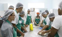 Militares preparam biscoitos e bolos em curso do SENAR